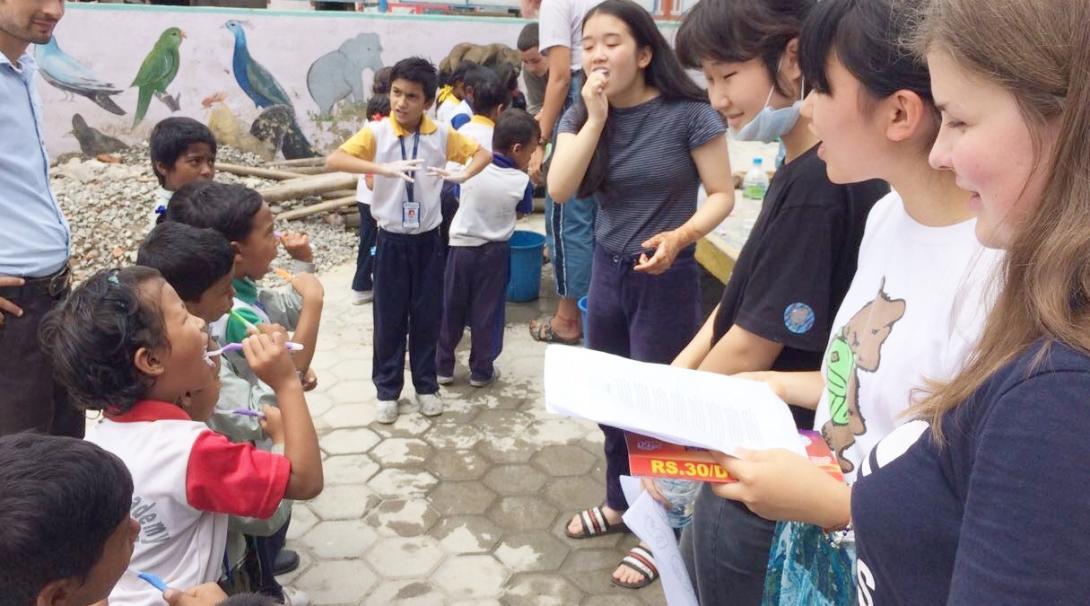 ネパールの子供たちへの歯磨き指導にあたる高校生ボランティア